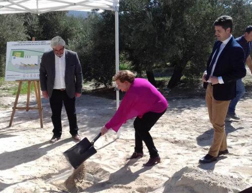 Pilar Parra coloca en Ibros la primera piedra del centro de interpretación sobre el reciclaje y las energías renovables