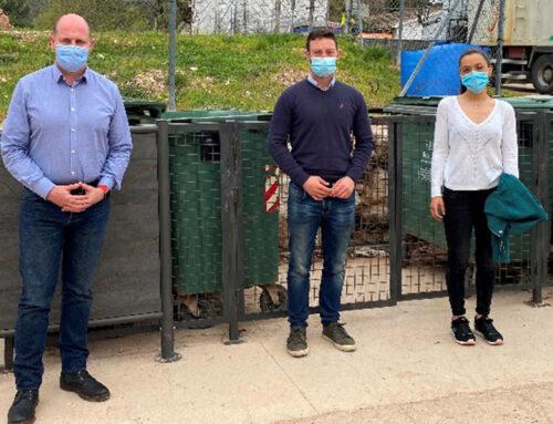 El diputado de Servicios Municipales visita distintos sistemas de mimetización de contenedores que Diputación ha financiado en La Iruela